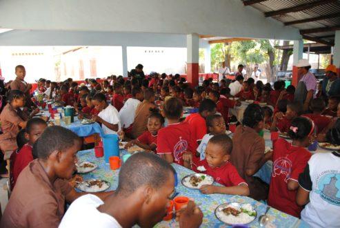 Dożywianie w stołówce w Mampikony na Madagaskarze
